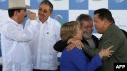 En esta foto de Archivo: Hugo Chávez (der.), Luiz Inacio Lula da Silva y Michelle Bachelet. Detrás Raúl Castro y Manuel Zelaya.