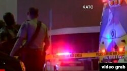 Policías y paramédicos en los alrededores del cine de Lafayette, Louisiana, donde un atacante mató a dos espectadores.