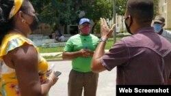 El pastor Alaín Toledano enfrenta a los funcionarios del PCC y agentes de la Seguridad del Estado. (Captura de Video/Facebook)