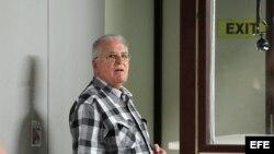 Elizardo Sánchez (d), portavoz de la Comisión de Derechos Humanos y Reconciliación Nacional (CCDHRN), antes de partir de La Habana hacia Madrid.