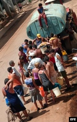 ARCHIVO. Una fila para cargar agua de un camión cisterna.