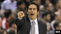 El director técnico del Miami Heat Erik Spoelstra da instrucciones a sus jugadores. Foto de archivo.