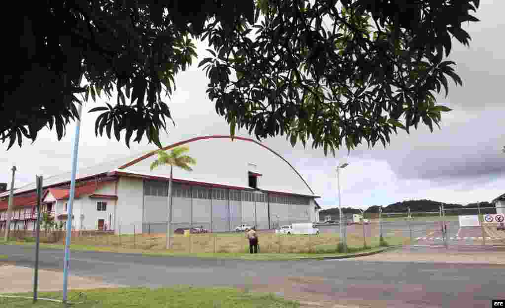 Vista general del hangar donde se encuentran depositados los armamentos encontrados en el buque norcoreano Chong Chon Gang hoy, martes 13 de agosto de 2013, en al antigua base aérea de Howard, en el pacifico panameño. Una misión de la ONU inició hoy la in