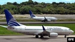 Dos aeronaves de la aerolinea panameña Copa Airlines en la pista del Aeropuerto Internacional de Tocumen, en la capital panameña.