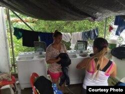 Los vecinos de la localidad de Turbo, Colombia, donaron dos lavadoras a los cubanos albergados en el almacén. Foto: R. Quintana.