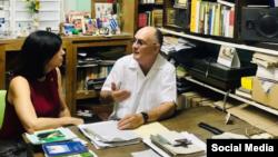 Mara Tekach en Guantánamo con el abogado y periodista independiente Roberto Quiñones. Foto tomada de la Embajada de EEUU en Cuba