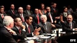 Nicolás Maduro (3-i) hablando durante la ceremonia donde tomó juramento a su nuevo equipo de ministros.