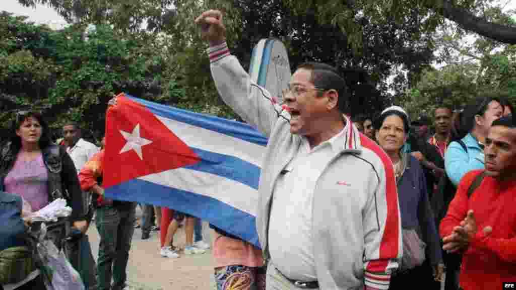 Varias personas gritan consignas a favor de Gobierno cubano durante una manifestación de las Damas de Blanco.