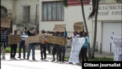 Reporta Cuba. Protesta frente a la Asamblea Nacional del Poder Popular en Playa (Ciudad Habana), febrero 5. Foto: Ángel Moya.