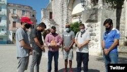 Un grupo de cristianos oran por la integridad física de Luis Manuel Otero Alcántara, líder del Movimiento San Isidro. (Twitter/@Mov_sanisidro).