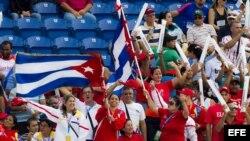 Hinchas del campeón cubano, Villa Clara, animan al equipo ante Indios de Mayagüez