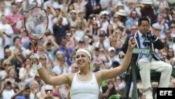 La tenista alemana Sabine Lisicki reacciona durante un partido del torneo de tenis de Wimbledon que disputó contra la estadounidense Serena Williams.