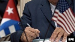 Pedro Álvarez, director de la empresa cubana Alimport, firma uno de varios contratos en el Palacio de Convenciones de La Habana, durante la jornada de clausura de la tercera ronda de negocios EEUU-Cuba.
