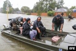 Varias personas son rescatadas de su barrio inundado por el huracán Harvey en Houston, Texas.