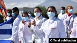 La agencia oficial Prensa Latina publicó el miércoles esta foto de un grupo de médicos cubanos en Perú.