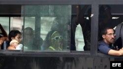 Varias personas viajan en un omnibus en La Habana (Cuba).