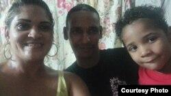 Liberan al preso político José Rolando Cáceres. En la foto posa junto a su familia. Foto cortesía de Yamilka Abascal.