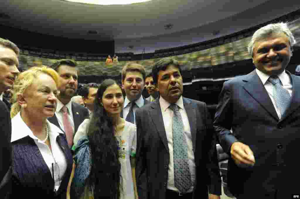 La disidente cubana Yoani Sánchez llega hoy, miércoles 20 de febrero de 2013, a la sede de la Cámara de Diputados, en Brasilia (Brasil).