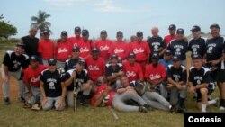 Los jugadores cubanos posan junto a sus rivales estadounidenses (Foto cortesía de: The Friendship Games).