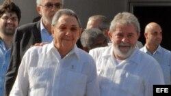 Archivo - Raúl Castro (i), conversa con el exgobernante brasileño Luiz Inácio Lula da Silva (d ) en el aeropuerto José Martí de La Habana (Cuba).