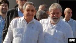Raúl Castro con el exgobernante brasileño Luiz Inácio Lula da Silva (i-d), en el aeropuerto José Martí de La Habana. Archivo.