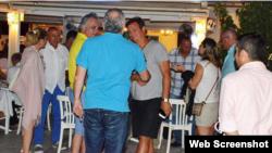 Antonio Castro (al centro, derecha) en el balneario turco de Bodrum.