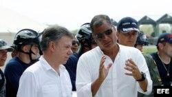 El presidente ecuatoriano Rafael Correa conversa con su homólogo colombiano Juan Manuel Santos.