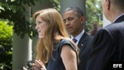 La experta estadounidense en derechos humanos, Samantha Power, con el presidente Barack Obama al fondo.