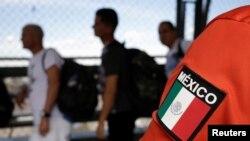 Migrantes cubanos hacen fila en el puente Santa Fe, de Ciudad Juárez, a la espera de agentes de seguridad fronteriza de EEUU para solicitar asilo. (REUTERS/Jose Luis Gonzalez)