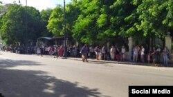 Una parada de la ruta 400 en La Habana, según escribe en su cuenta de Twitter Sandra Madiedo Ruiz y atribuye la foto a Rafael Martínez.