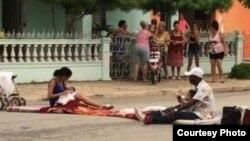 Familia protesta en Morón. (Tomado de Facebook Cubanos Libres)