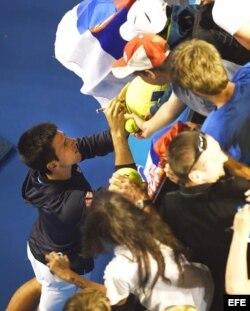 Djokovic firma autógrafos.