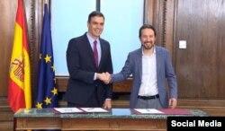 El presidente en funciones del gobierno español, Pedro Sánchez (izquierda) y el líder de Unidas Podemos, Pablo Iglesias, al presentar el programa en Madrid.