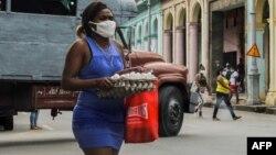 Las mujeres cubanas se enfrentan al desafío de una sociedad machista, denunciaron activistas ante la CIDH. (YAMIL LAGE / AFP)