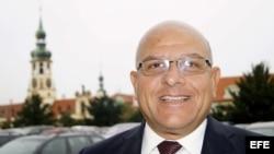 El disidente cubano, Dagoberto Valdés, editor de la revista digital Convivencia, frente al Ministerio de Asuntos Exteriores de Praga.