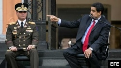 El ministro de Defensa, general Vladimir Padrino, y el presidente de Venezuela, Nicolás Maduro.