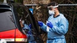 Un trabajador de la salud toma muestras de una persona para un examen de coronavirus, en Riverside Medical Goup, en Secaucus, Nueva Jersey, el 18 de marzo del 2020.