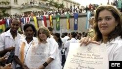Jóvenes médicos muestran sus diplomas de recién graduados en medicina (foto archivo).
