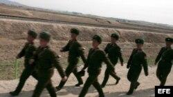 Soldados norcoreanos caminando en el Complejo Industrial Gaeseong (GIC) en Corea del Norte