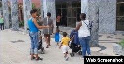 Las ocupantes del edificio han recibido amenazas de desalojo por parte de las autoridades. (Captura de video/Cubanet)