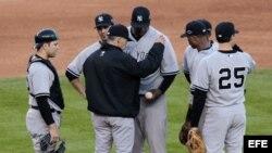 Foto archivo. El mánager de los Yankees de Nueva York Joe Girardi (c) sustituye al lanzador CC Sabathia (d).