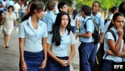 Estudiantes de bachillerato se dirigen hacia su entidad educativa