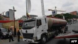 Cisterna de PDVSA distribuye petróleo en Caracas.