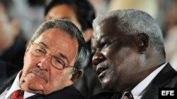 Fotografía de archivo del 12 de febrero de 2009 del gobernante cubano, Raúl Castro (i), junto a Esteban Lazo Hernández (d) en La Habana (Cuba).