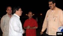 El canciller cubano, Bruno Rodríguez (2 i), junto a los embajadores de Cuba en Caracas, Rogelio Polanco (i), y de Venezuela en La Habana, Edgardo Ramírez (2 d), recibe al vicepresidente venezolano, Nicolás Maduro (d).