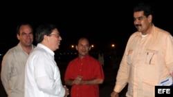 El canciller cubano, Bruno Rodríguez (2 i), junto a los embajadores de Cuba en Caracas, Rogelio Polanco (i), y de Venezuela en La Habana, Edgardo Ramírez (2 d), recibe al vicepresidente venezolano, Nicolás Maduro (d)