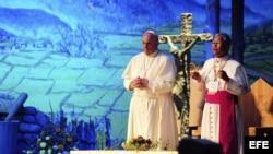 El papa Francisco (L) durante la celebración de la VI Jornada de la Juventud católica Asiática en Corea del Sur hoy, viernes 15 de agosto de 2014.