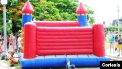 Negocios de juguetes inflabes garantizan la diversión del verano