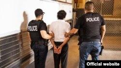 """Oficiales de ICE arrestan a un inmigrante durante la operación nacional """"No Safe Haven V"""""""