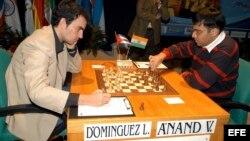 """Foto de archivo. El cubano Leinier Domínguez (i) y el indio Viswanathan Anand (campeón mundial de ajedrez) se enfrentaron en el XXVI Torneo Internacional """"Ciudad de Linares"""", España, en 2009."""